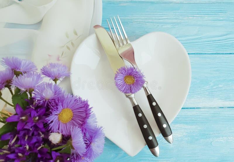 Krysantemum för blomma för kniv för plattahjärtagaffel som ställer in den härliga eleganta partiklockan, på en träbakgrund royaltyfri fotografi