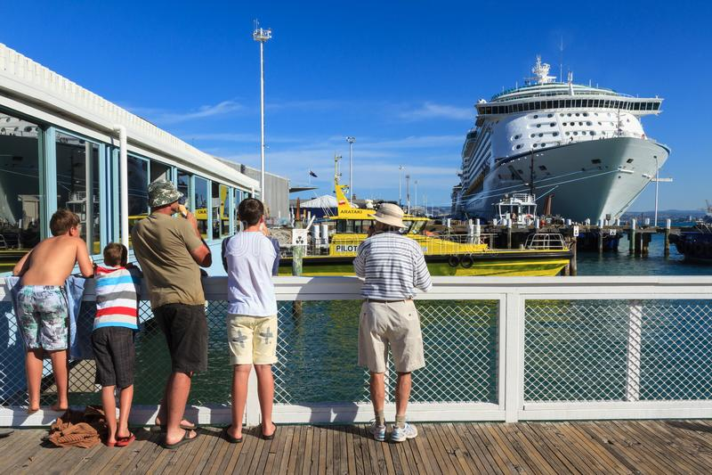Kryssa omkring eyeliner`-resanden av havs`en som anslutas på monteringen Maunganui, Nya Zeeland, 24 Februari 2013 royaltyfri foto