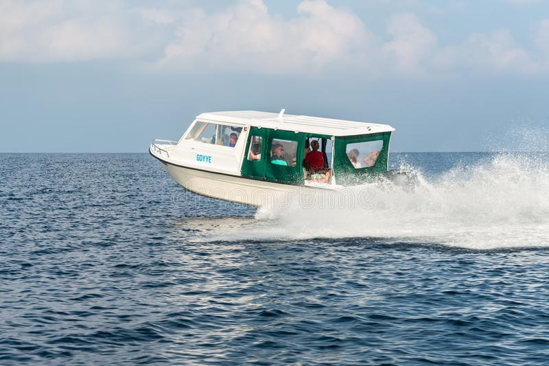 kryssa omkring havsspeedboat arkivfoton