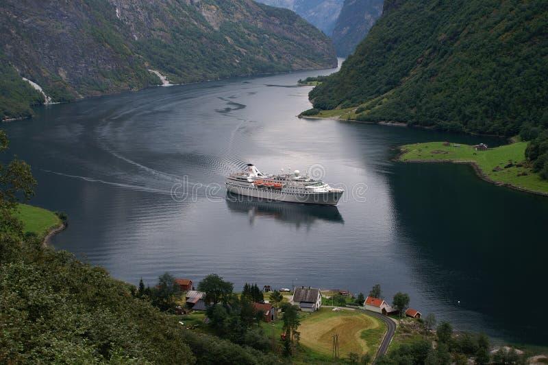 kryssa omkring naeroyfjorden norway royaltyfria foton