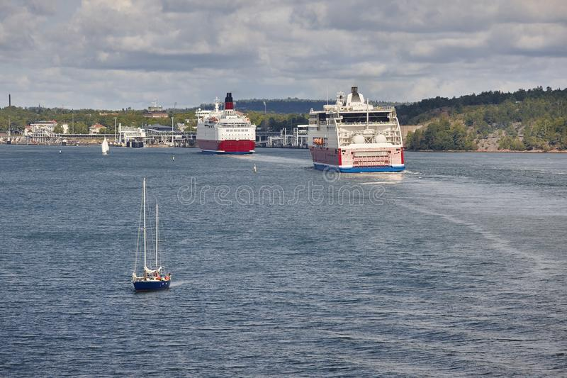 Kryssa omkring skyttlar och segelbåten på det baltiska havet alar arkivbilder