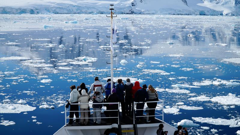 Kryssa omkring till och med den Neumayer kanalen mycket av isberg i Antarktis arkivbilder