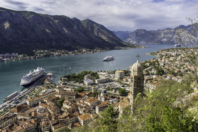 Kryssare i port av Kotor arkivbild