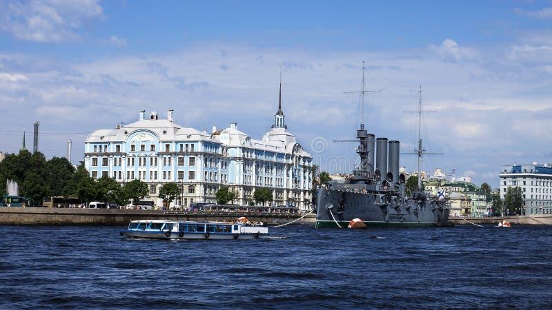 Kryssaremorgonrodnad på Neva River, St Petersburg, Ryssland arkivbild