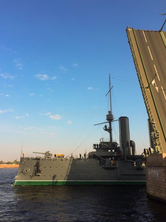 Kryssaremorgonrodnad svävar på floden Neva royaltyfria foton