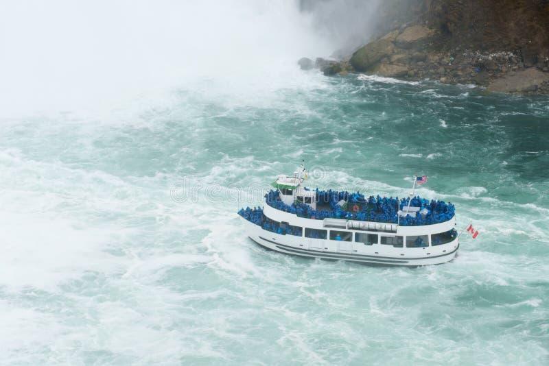 Kryssning på den Niagara nedgångvattenfallet arkivfoton