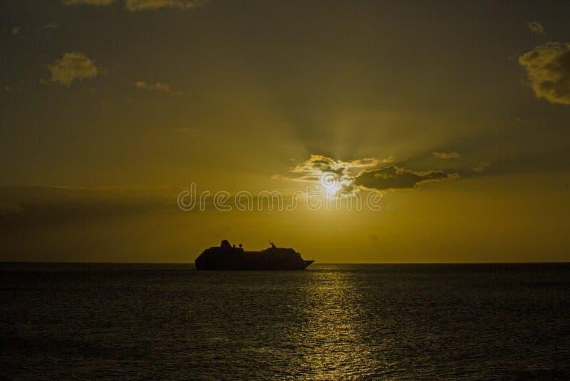 Kryssning på solnedgången arkivbild