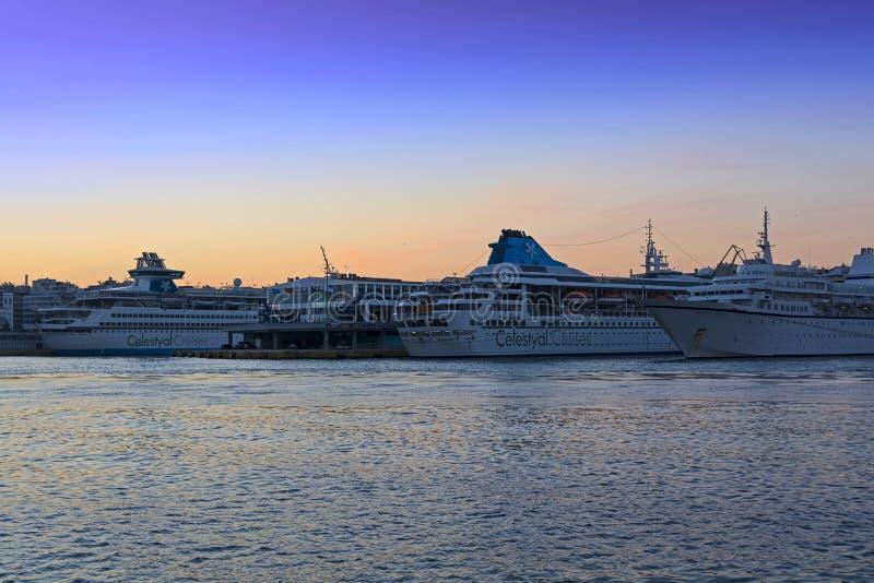 Kryssning-skepp på Piraeus arkivbilder