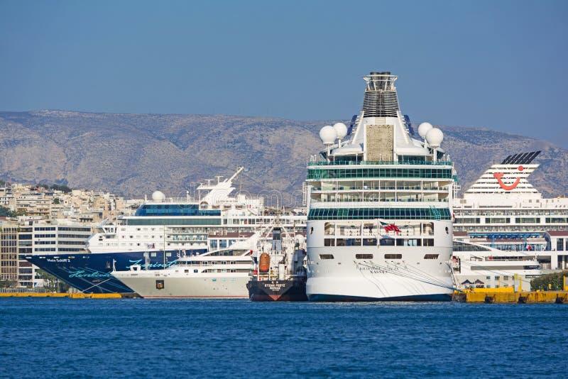 Kryssning-skepp på porten av Piraeus royaltyfria foton