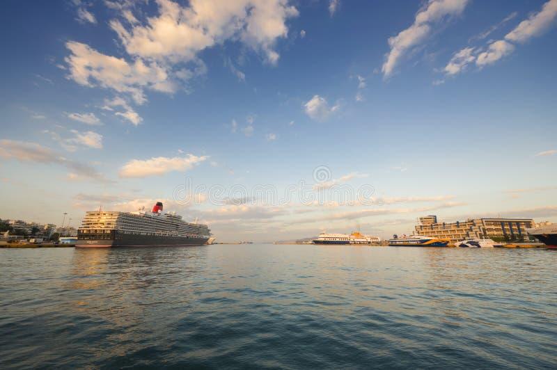 Kryssningeyeliner på den Piraeus porten, Grekland royaltyfri fotografi