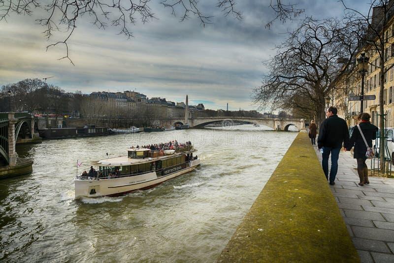 Kryssningfartyg över Seine, Paris fotografering för bildbyråer
