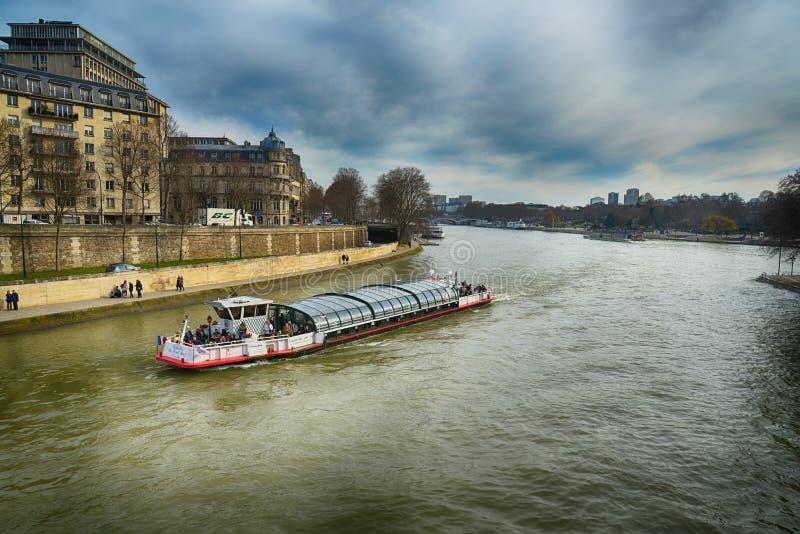 Kryssningfartyg över Seine, Paris royaltyfria foton
