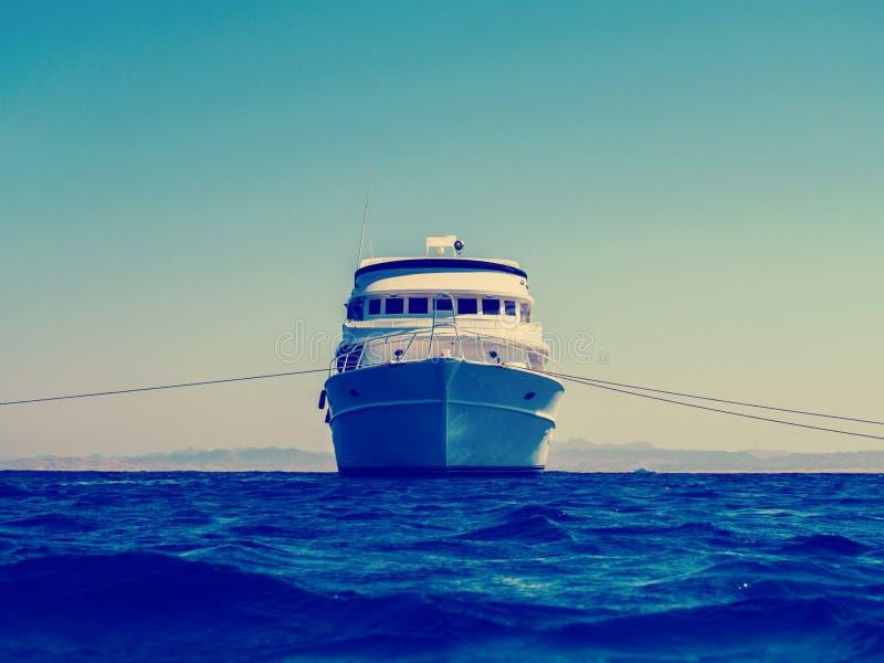 Kryssningliveaboardyacht horisont i för det blåa havet, hav royaltyfri foto