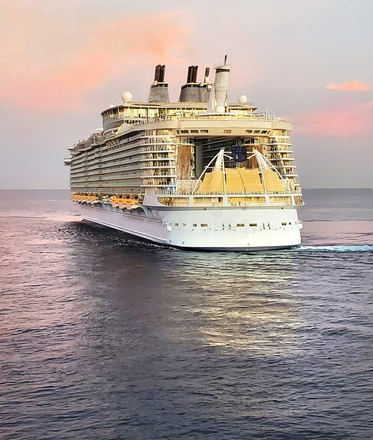 Kryssningsfartyg i hav royaltyfri fotografi