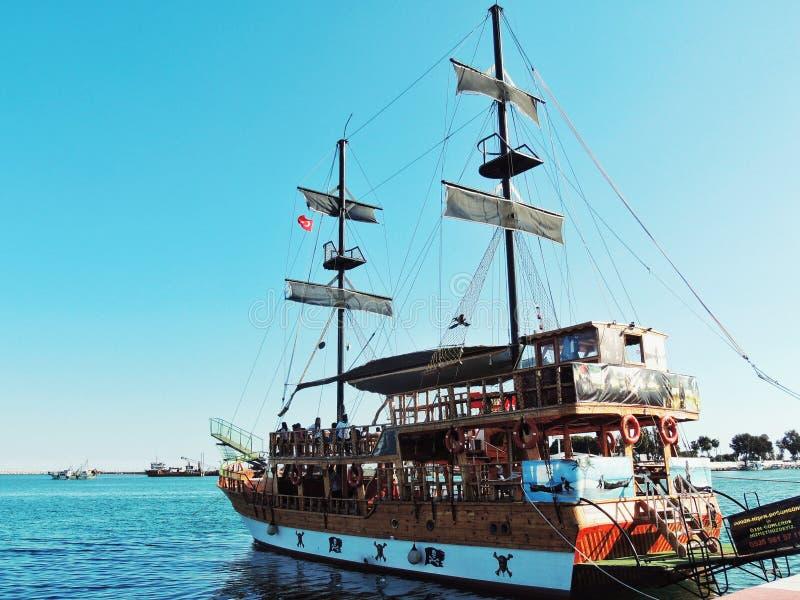 Kryssningship i havet royaltyfri foto