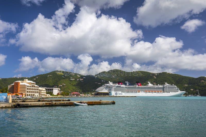 Kryssningskepp anslöt i porten av vägstaden i Tortola royaltyfria bilder