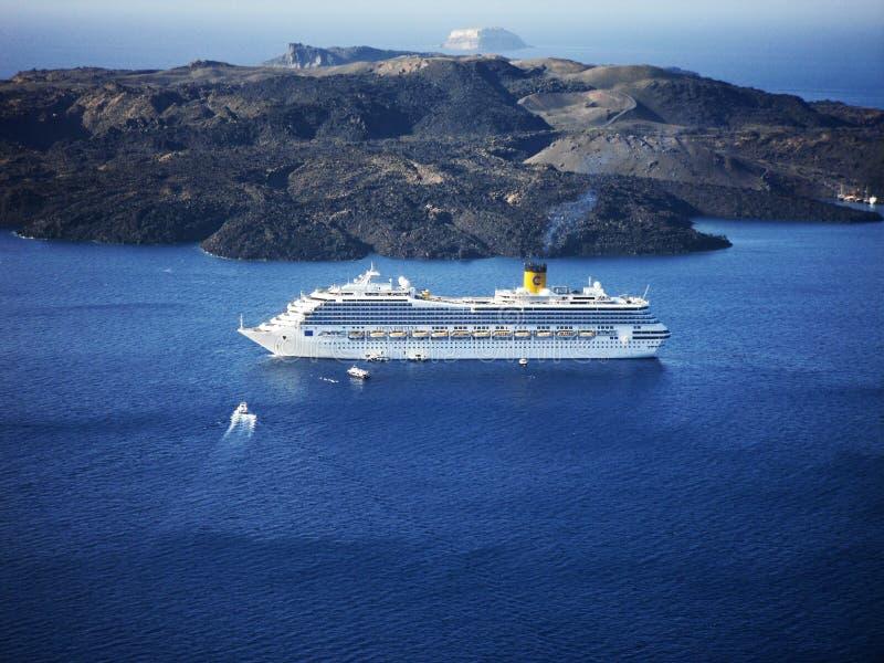 Kryssningskepp Costa Fortuna i Santorini royaltyfria foton