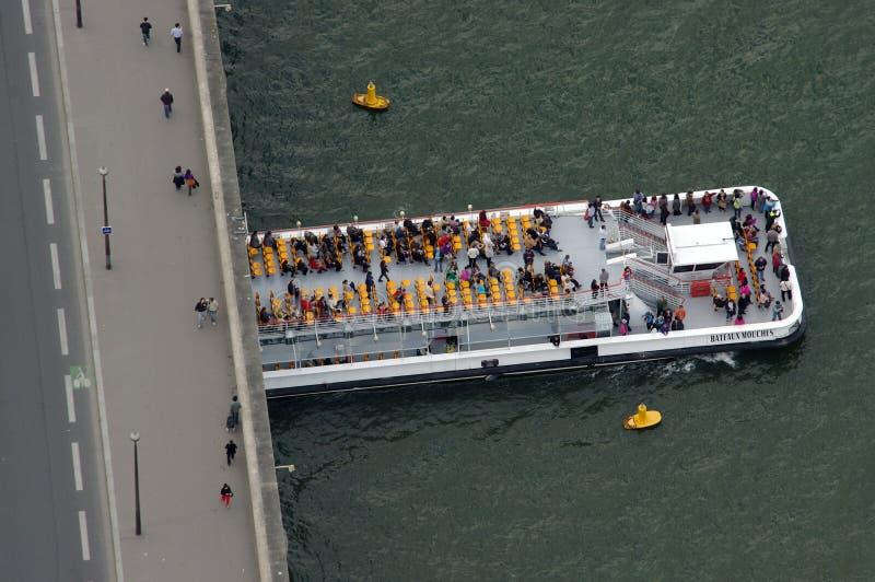Kryssningskepp eller fartyg för turister på Seine River Flyg- sikt från Eiffeltorn paris royaltyfri bild