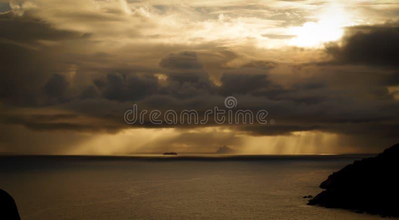 Kryssningskepp i avstånd med ön royaltyfri fotografi
