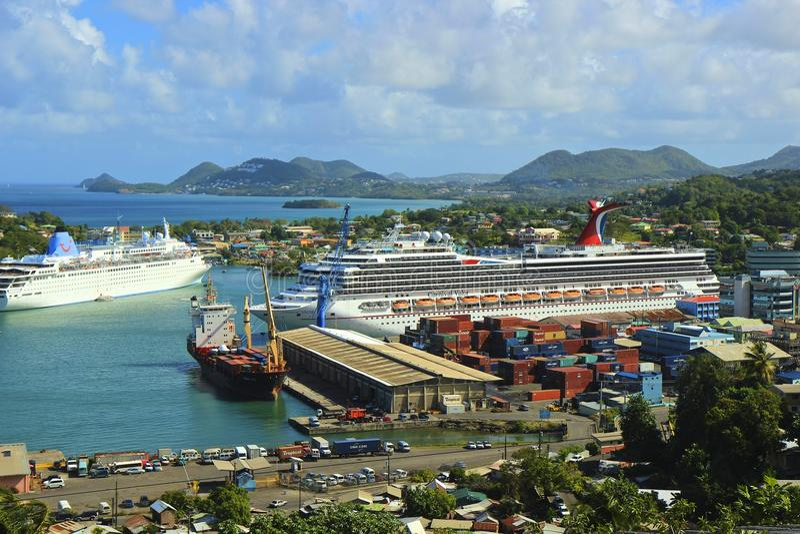 Kryssningskepp i Castries, Saint Lucia som är karibisk arkivbilder