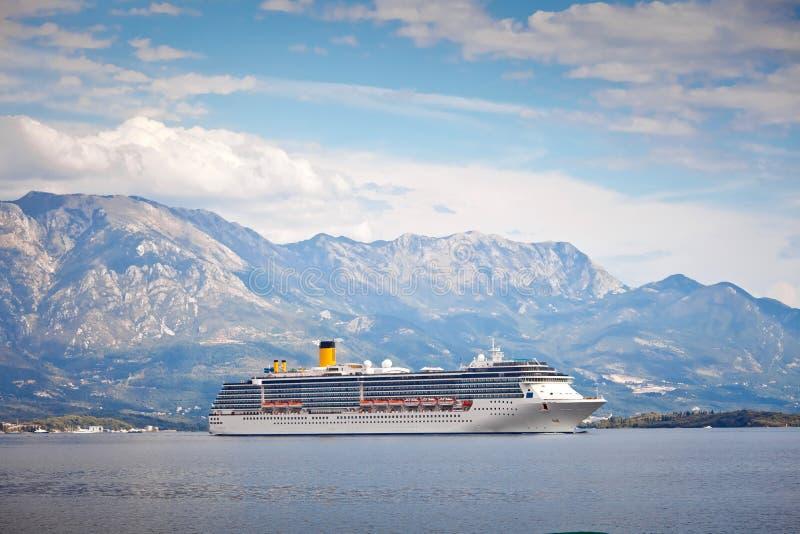 Kryssningskepp i den Kotor fjärden, Montenegro arkivbild