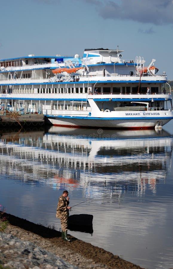 Kryssningskepp i den Rybinsk staden, Ryssland Ett manfiske arkivbild