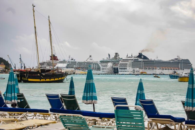 Kryssningskepp i det karibiskt royaltyfri fotografi