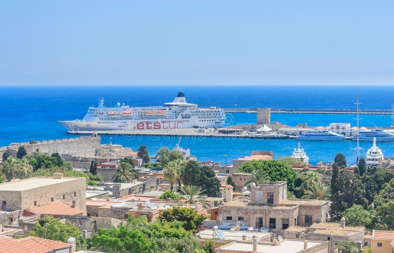 Kryssningskepp i hamnstaden av Rhodes Grekland royaltyfria bilder