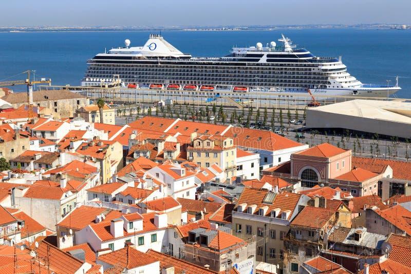 Kryssningskepp i Lissabon royaltyfri bild