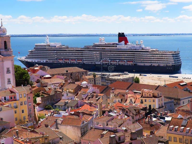 Kryssningskepp i port i Lissabon Portugal arkivfoto