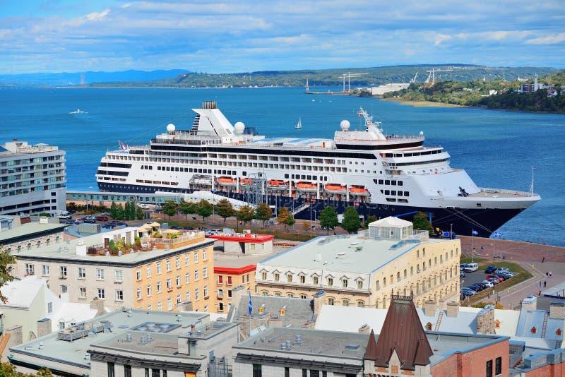 Kryssningskepp i Quebec City fotografering för bildbyråer
