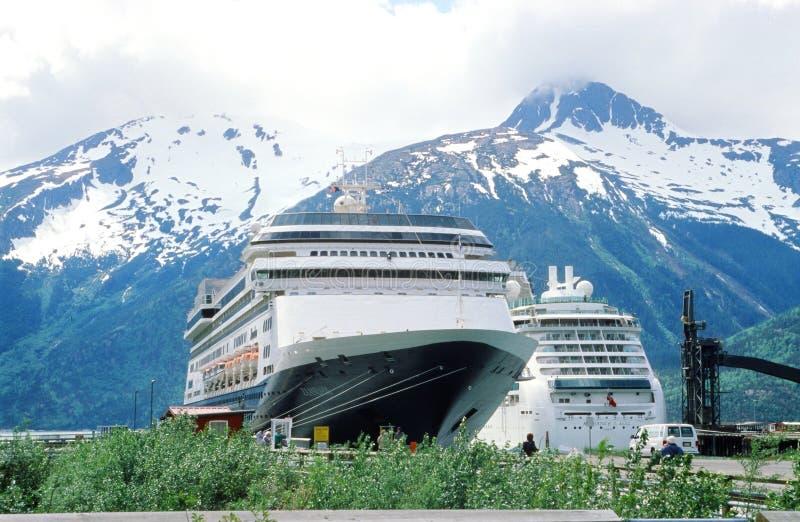 Kryssningskepp i Skagway, Alaska arkivbilder
