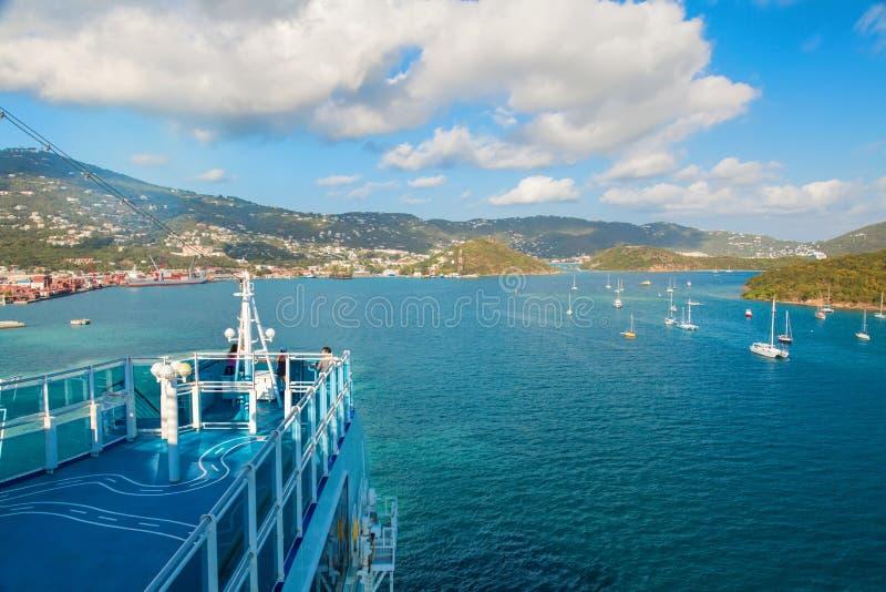 Kryssningskepp i St Thomas Harbor arkivfoto