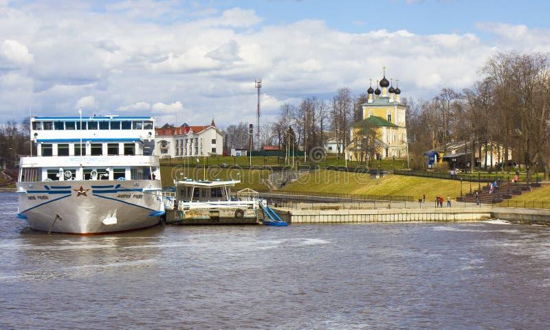 Kryssningskepp i staden Uglich, Ryssland royaltyfri bild