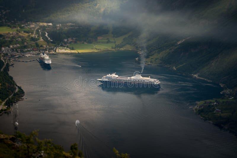 Kryssningskepp i vatten av fiorden, Norge, Europa royaltyfri foto