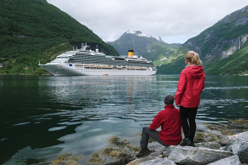 Kryssningskepp i vattnet av Geirangerfjord, Norge arkivbilder