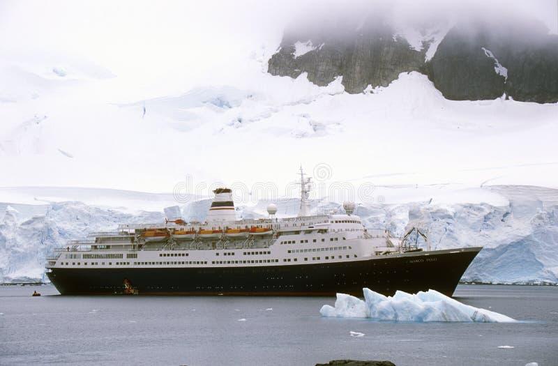 Kryssningskepp Marco Polo i paradishamn, Antarktis fotografering för bildbyråer