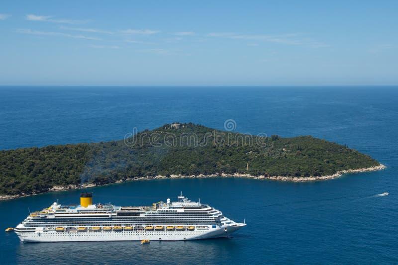 Kryssningskepp och ö i havet royaltyfri bild