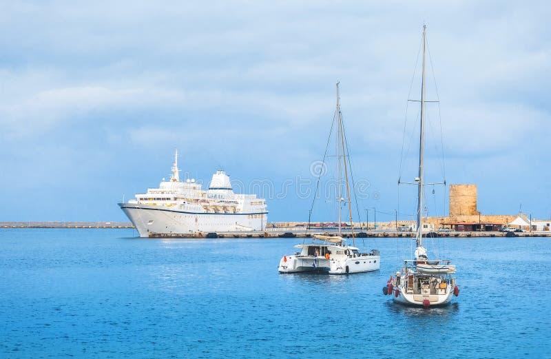 Kryssningskepp och yacht i fjärden av Mandraki Rhodes Grekland royaltyfri fotografi