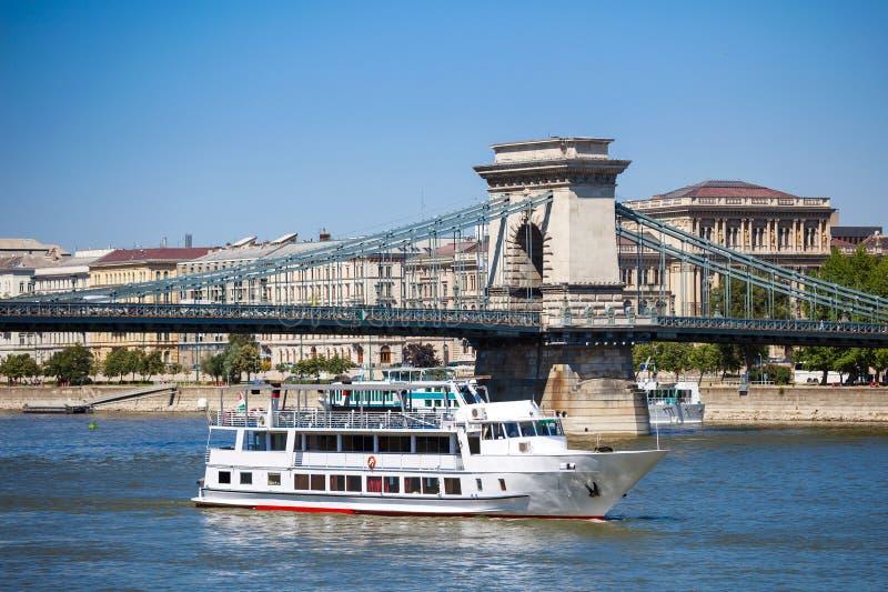 Kryssningskepp på Danube River i Budapest arkivbilder