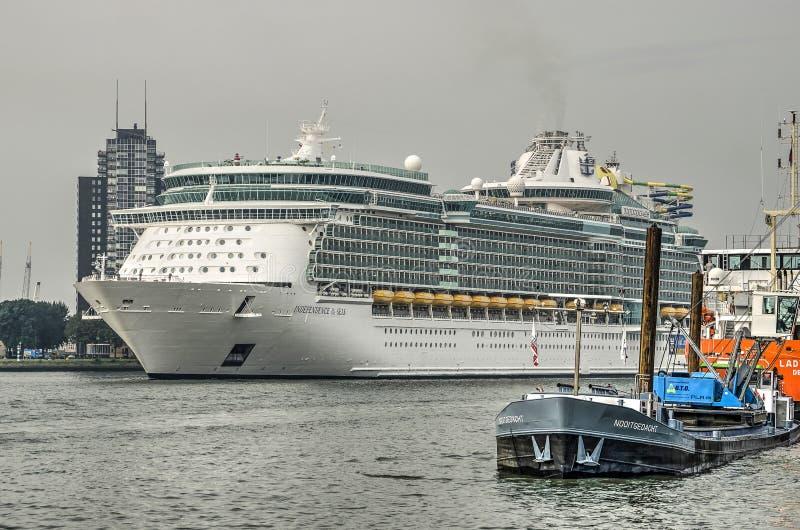 Kryssningskepp på floden Nieuwe Maas royaltyfria foton