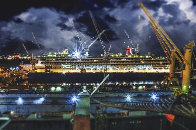 Kryssningskepp på torr skeppsdocka royaltyfria bilder