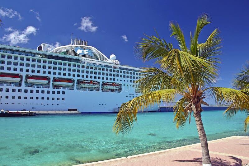 Kryssningskepp som anslutas i Aruba som är karibisk royaltyfria foton