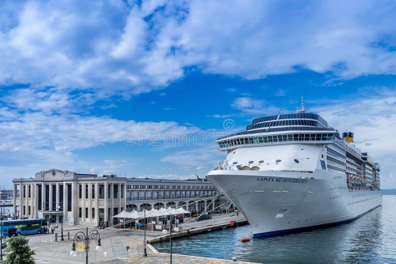 Kryssningskepp som förtöjas i den Trieste hamnen arkivfoton