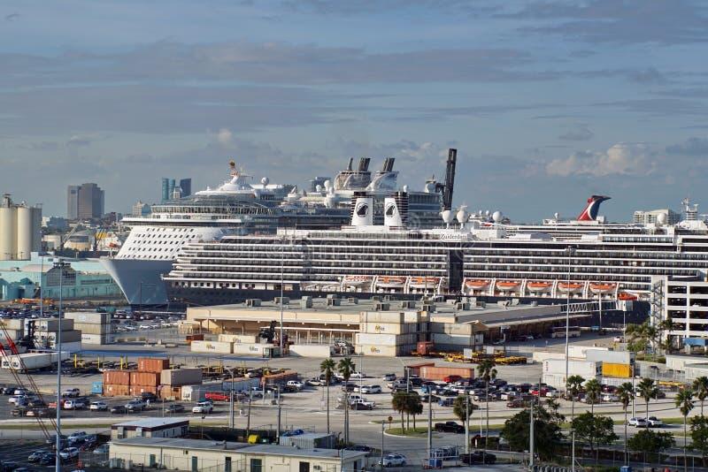 Kryssningskepp som förtöjas i portEverglades royaltyfria bilder