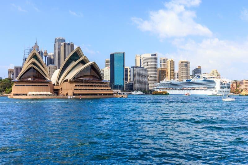 Kryssningskepp som f?rt?jas i Sydney Harbour fotografering för bildbyråer
