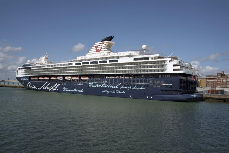 Kryssningskepp tillsammans med Port av Southampton UK royaltyfri bild