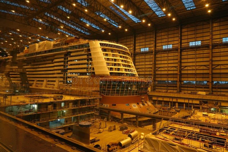 Kryssningskeppbyggnad på den Meyer Werft skeppsvarven i Papenburg, Tyskland royaltyfri foto