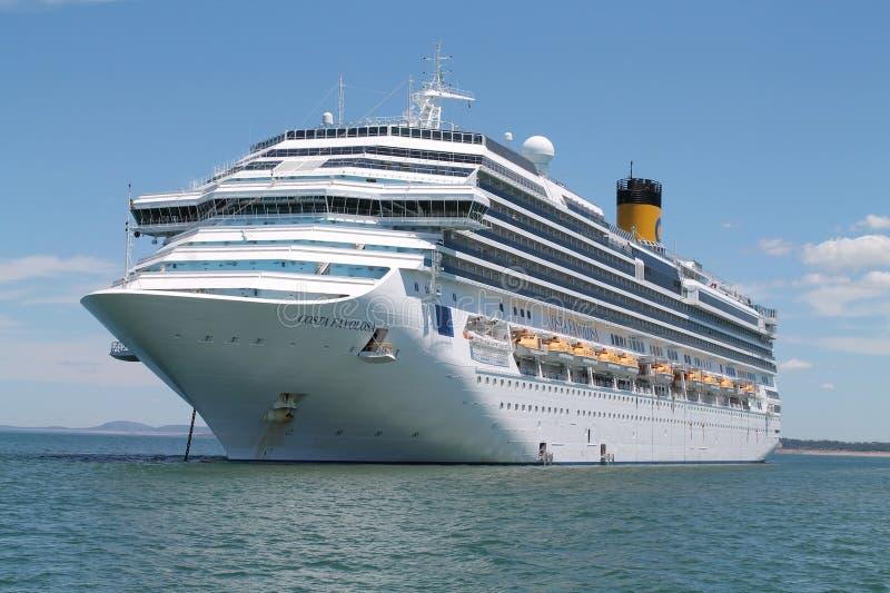 Kryssningskeppet ankrade i Punta Del Este, Uruguay royaltyfria bilder