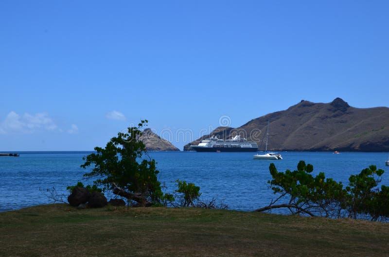 Kryssningskeppet förtöjde av kust på Nuka Hiva royaltyfri foto